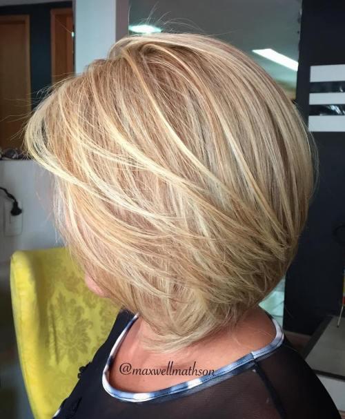 Средна-коса-със-затъмняващи-слоеве Нищо не е наред с въздушно изсъхнато, но онова, което е оформено с четка, винаги има изтънчен лак. Тези слоеве са внимателно изгладени от лицето, за да добавите хубаво движение.