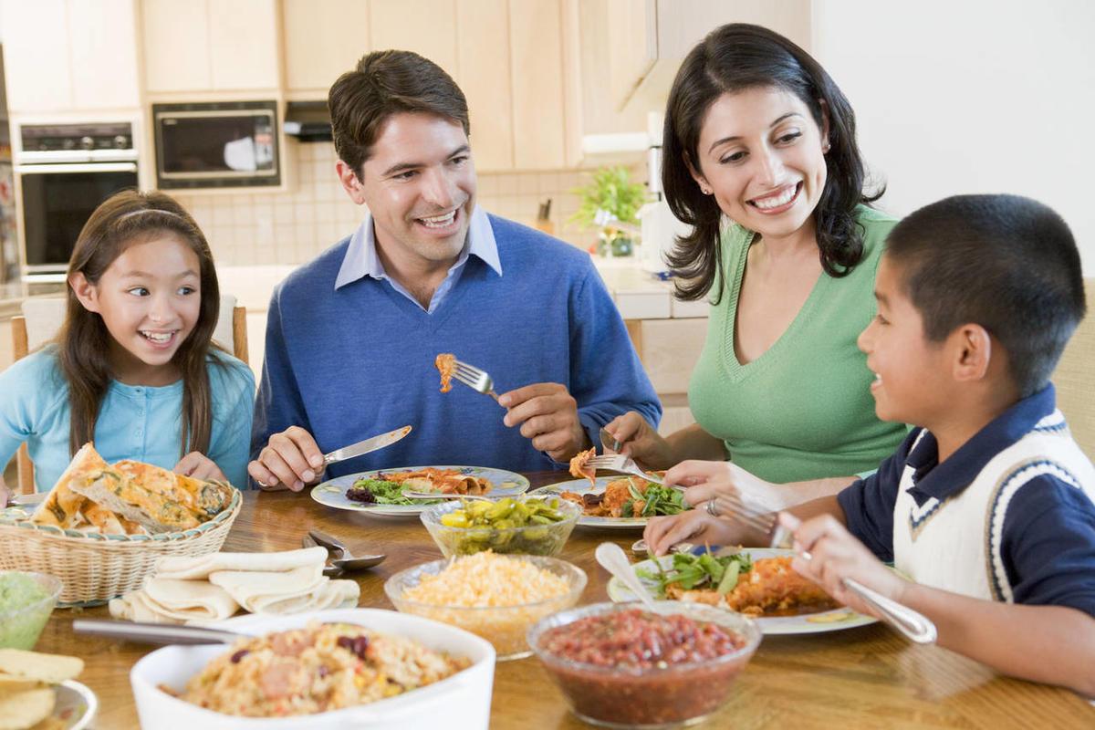 отглеждане-на-дете-стъпка-3-вечеряйте-заедно