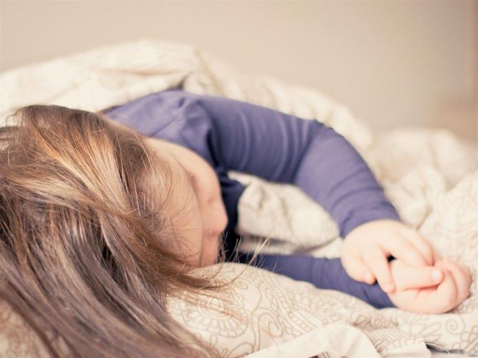 отглеждане-на-деца-стъпка-4-лягане-696x521