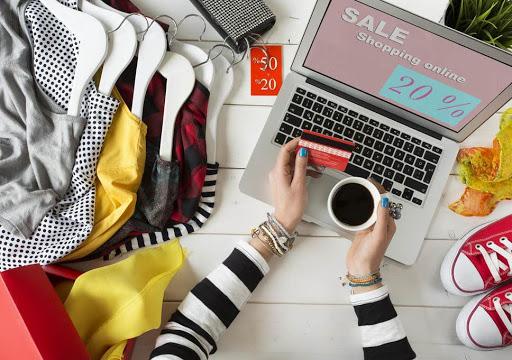 16 Най-добри Дамски Онлайн Сайтове за Пазаруване